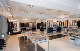 Property (street retail) for sale in Southern Europe. Shop in Milan with a 5,3% yield