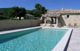 Bonnieux — Lovely stone house with heated pool. Price on request