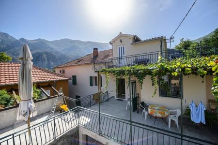 6 bedroom houses by the sea for sale in Kotor. Detached house – Muo, Kotor, Montenegro