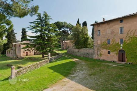 Luxury houses with pools for sale in Tuscany. An estate of extraordinary historical value and charm, surrounded by the enchanting scenery of the Siena countryside
