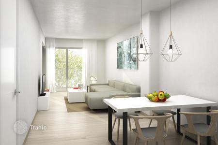 Property for sale in Catalonia. Three-bedroom apartment in the center of Barcelona, Spain. New residential complex with a pool, a garden and a parking. Instalment plan!