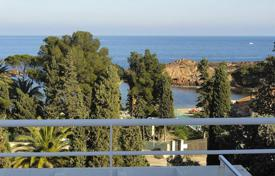Houses with pools by the sea for sale in Saint-Raphaël. Villa for sale with a sea view