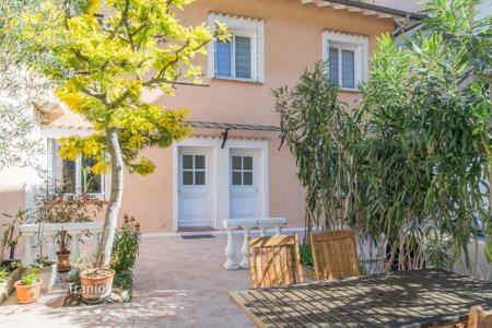3 bedroom houses for sale in Côte d'Azur (French Riviera). Nice Fabron, nice 4 room provencal house with terrace
