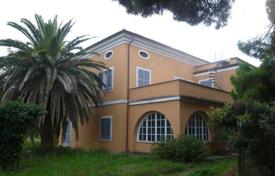6 bedroom houses for sale in Abruzzo. Villa in Giulianova. Italy