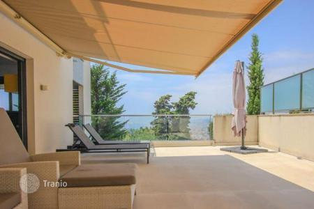 Apartments for rent with swimming pools in Provence - Alpes - Cote d'Azur. Beautiful apartment with sea views in Nice