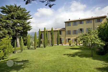 Villas and houses for rent with swimming pools in Lucca. Villa – Lucca, Tuscany, Italy