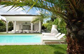 Luxury 3 bedroom houses for sale in Tuscany. Elegant villa with a garden and a swimming pool in Forte dei Marmi, Tuscany