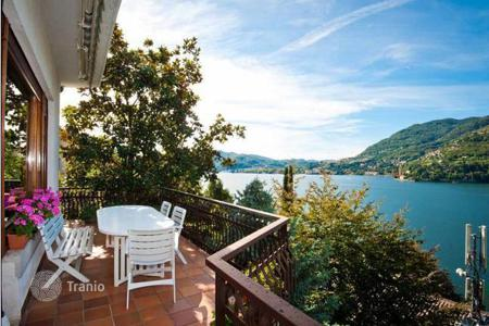 Luxury 4 bedroom houses for sale in Lombardy. A big house with a garden and panoramic views of Lake Como