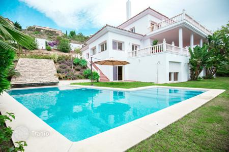 Luxury 6 bedroom houses for sale in Estepona. Attractive Villa in El Paraiso, Estepona