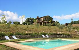 Houses with pools for sale in Siena. Prestigious farmhouse for sale in Tuscany