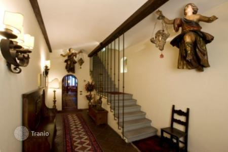 Luxury 3 bedroom apartments for sale in Tuscany. Two-level apartment with a terrace, in a building of two flats, in the center of Florence, Italy