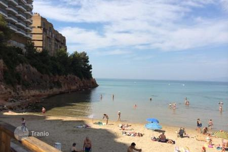 Property for sale in Costa Dorada. Apartment in Salou, Spain. Terrace all around the apartment, 200 meters from the sea