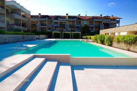 Apartments with pools for sale in Lombardy. Three rooms apartment in a residence with pool, Desenzano del Garda
