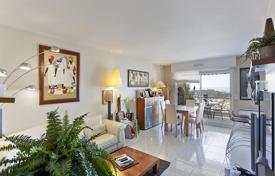 Apartments with pools for sale in Nice. Spacious apartment with a terrace and a sea view, in an exclusive residence with a swimming pool, Nice, Côte d'Azur