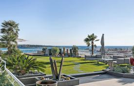 3 bedroom apartments by the sea for sale in Cannes. Cannes — Basse Californie — Magnificent rooftop villa