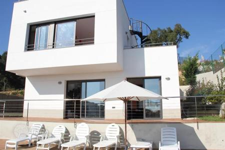 Coastal chalets for sale in Catalonia. Furnished villa with pool, private garden and sea views in Lloret de Mar, Catalonia