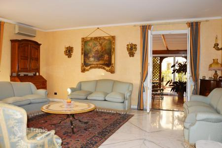 Luxury 4 bedroom apartments for sale in Italy. Renovated penthouse in Bordighera, Italy. Period building with a pool and a concierge, near the center of the town, at 500 m from the sea