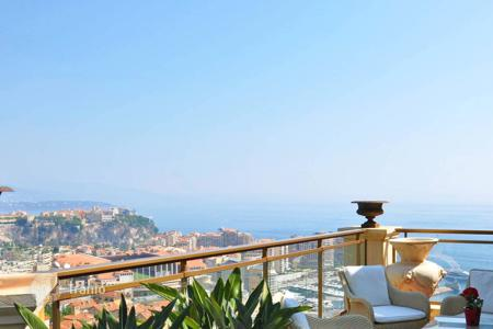 Luxury residential for sale in Cap d'Ail. Magnificent duplex in front of the sea