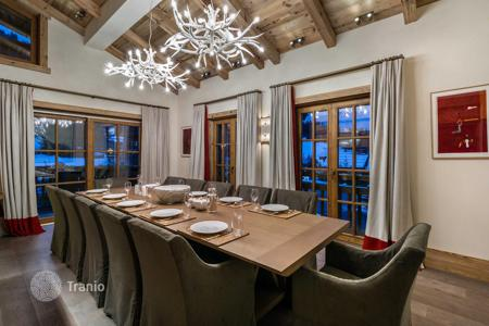 6 bedroom villas and houses to rent in Auvergne-Rhône-Alpes. Spacious chalet in Courchevel, France. House for 12 people with a cinema room, a pool, a hammam, a sauna and a gym