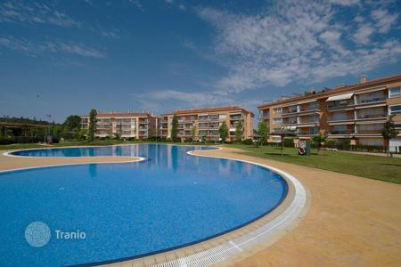 3 bedroom apartments by the sea for sale in Castell Platja d'Aro. Excellent penthouse with roof terrace, very large and well kept communal area with swimming pool and gardens