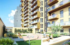 Property for sale in London. Spacious three-bedroom apartment with a balcony in a residential complex with a concierge, a gym, a parking and a garden, London, UK