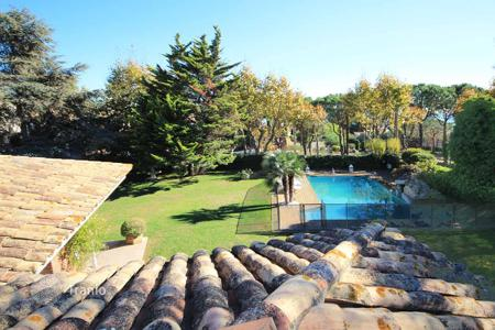 Houses with pools for sale in Costa del Maresme. Detached house downtown Premia de Dalt