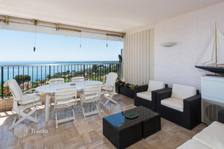 Apartments with pools for sale in France. Commodious apartment in Cannes. Panoramic sea view, Tennis court, 2 pools and garden on territory of residence
