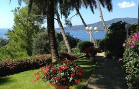 Coastal houses for sale in Zoagli. Apartment in Liguria in a historic villa just 50 meters from the sea