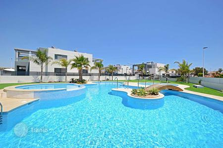 Townhouses for sale in Costa Blanca. Modern townhouses near the beach La Mata in Aguas Nuevas, Torrevieja