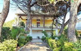 Coastal residential for sale in Sicily. Bright villa with a garden, verandas and sea views, Ortygia, Syracuse, Sicily, Italy