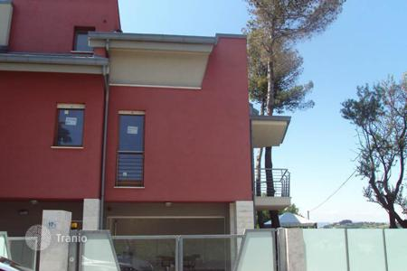 Apartments for sale in Abruzzo. Apartment with separate entrance, fenced garden and fantastic sea view