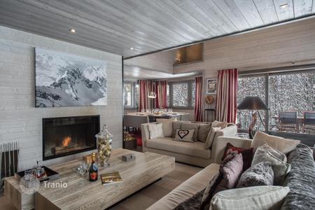 4 bedroom villas and houses to rent in Auvergne-Rhône-Alpes. Modern chalet in Megeve, France. House with a jacuzzi, a finess room, a sauna, a garage, near the slope and a ski school