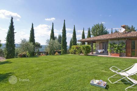 Houses with pools for sale in Todi. Prestigious property for sale in Umbria