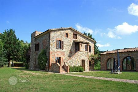 4 bedroom houses for sale in Monteleone D'orvieto. Prestigious property in Umbria which is located only 700 m from the medieval village of Monteleone d'Orvieto