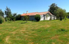 Property for sale in South - Pyrenees. Spacious villa with a garden, a terrace and a separate apartment, with picturesque views of the mountains, Lannemezan, France