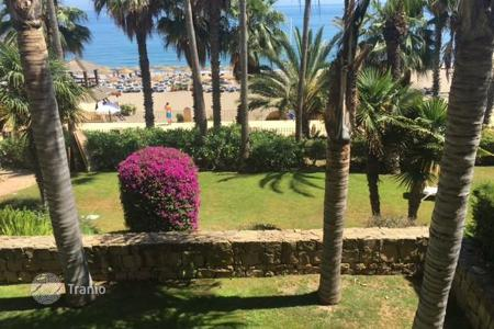 Coastal property for sale in Puerto Banús. Spacious apartment in Puerto Banus, Spain. First line to the sea, terrace, garage, beautiful view