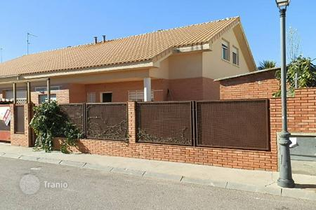 Cheap houses for sale in Guadalajara. Villa – Guadalajara, Castille La Mancha, Spain