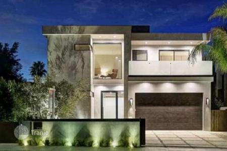 Houses with pools for sale in North America. Upscale two-story furnished villa with roof terrace, Los Angeles, USA
