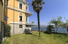 Luxury houses for sale in Piedmont. The ancient villa with its own dock, a terrace and a garage, on the shore of Lake Maggiore in Baveno, Italy