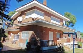 5 bedroom houses for sale in Catalonia. Furnished villa with a pool and a garage in Castelldefels, a suburb of Barcelona