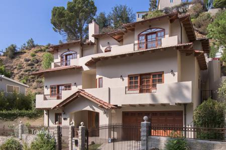 Luxury 4 bedroom houses for sale in North America. Open-plan villa with balconies, a swimming pool and a garage, in a prestgious district of Los Angeles, USA