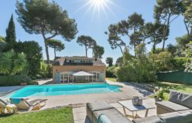 Coastal houses for sale in Antibes. Cap d'Antibes — Provencal villa with pool