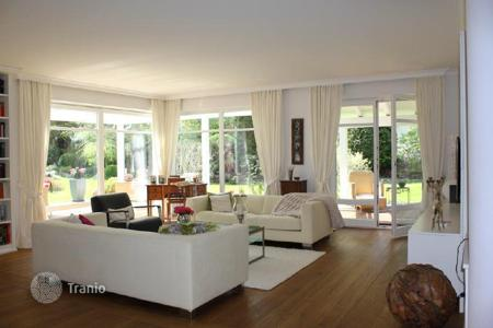 Luxury houses for sale in Bavaria. Spacious 2-storey family villa with a parcel of land in the suburb of Munich