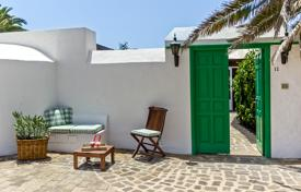 4 bedroom villas and houses to rent in Canary Islands. Detached house – Canary Islands, Spain