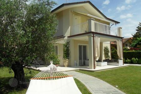 Luxury 4 bedroom houses for sale in Forte dei Marmi. Two-level villa with garden and patio in Forte dei Marmi, Tuscany, Italy