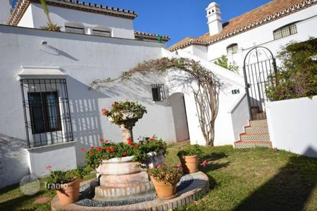 Houses with pools by the sea for sale in Costa del Sol. A bungalow for sale! This nice and cozy bungalow is located in the urbanization Benamara in Estepona