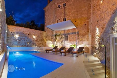 Coastal houses for sale in Split-Dalmatia County. Villa Brač