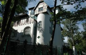 Houses for sale in Vienna. Villa in Art Nouveau style close to the palace park Pettsleynsdorfer in Vienna with reduced price