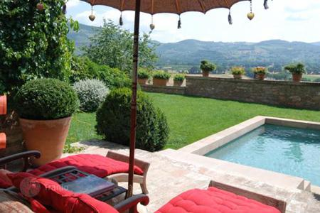 Villas and houses for rent with swimming pools in Spello. Lunario