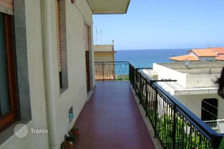 4 bedroom apartments by the sea for sale in Europe. Sunny apartment with 4 bedrooms and a balcony with sea views, close to all amenities and 100 meters from the beach, in Briatico